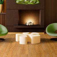 Зеленые стулья на деревянном полу