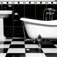 Белая ванна на полу из керамогранита