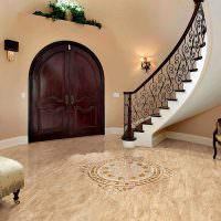 Керамическая плитка на полу холла частного дома