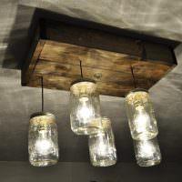 Светильник из стеклянных банок и дерева