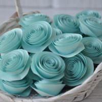 Корзинка с самодельными бумажными цветами