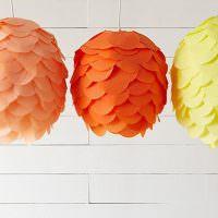 Три разноцветных светильника из бумажных лепестков