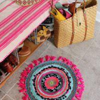 Пестрый вязанный коврик на керамическом полу