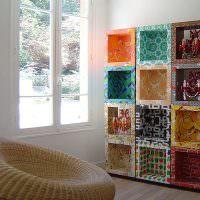 Стеллаж из картонных коробок в интерьере гостиной