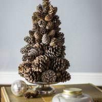 Декоративные елочка из сосновых шишек