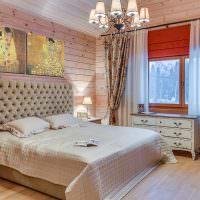 Светлая спальня в доме из бруса