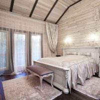 Легкая прозрачная занавеска на окне спальни