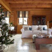 Гостиная деревянного дома в канун Нового Года
