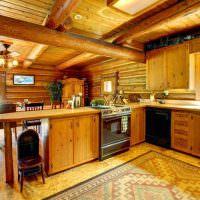 Деревянная мебель на кухне загородного дома