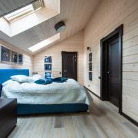 Синяя кровать в мансардной спальне