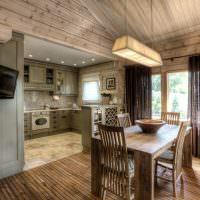 Обеденная зона с деревянным столом