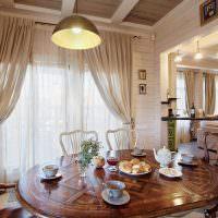 Лакированная поверхность обеденного стола из дерева