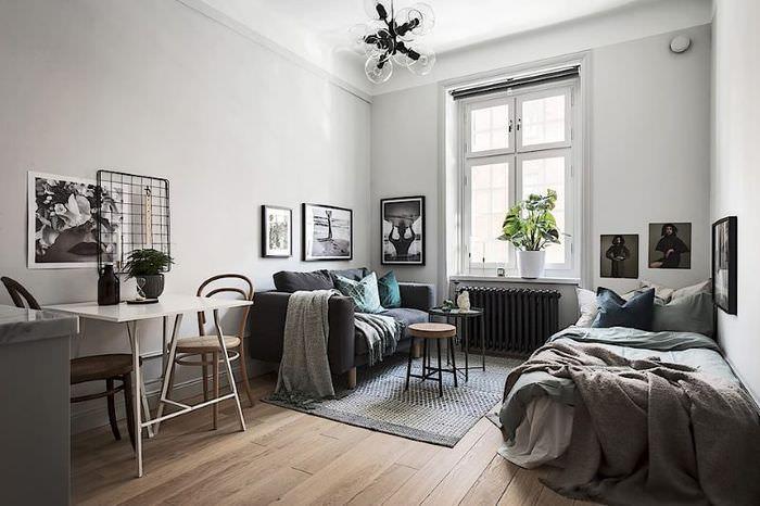Интерьер прямоугольной квартиры-студии с одним окном