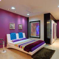 Фиолетовые обои под покраску в оформлении спальни