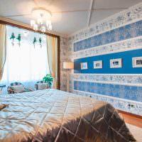 Горизонтальные полосы из молдингов на стене спальни