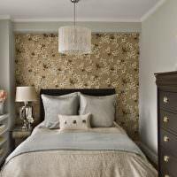 Дизайн узкой спальни с цветочными обоями