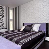 Полосатое покрывало в спальне с двумя видами обоев