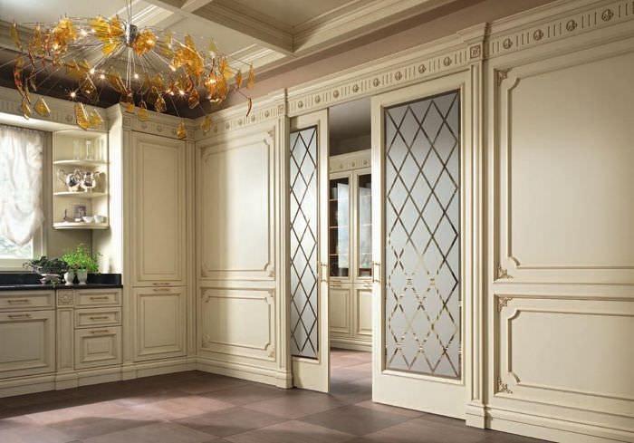 Двери-купе в комнате классического стиля