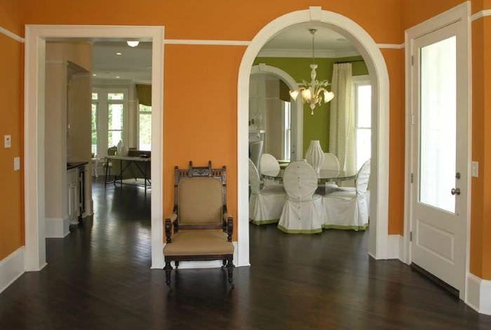 Холл частного дома с дверными проемами