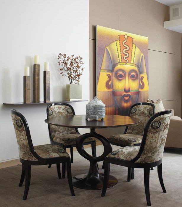 Обеденная группа в гостиной египетского стиля