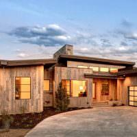Одноэтажный дом с деревянной облицовкой
