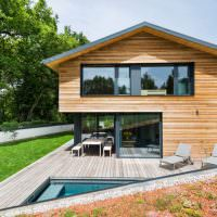 Открытая терраса с деревянным настилом