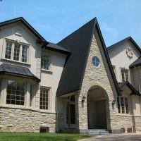 Украшение фасада дома природным камнем