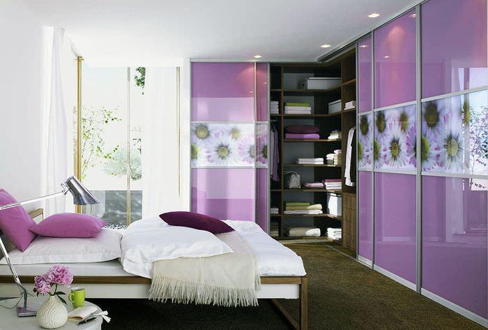 Модульный шкаф-купе с фиолетовыми дверцами