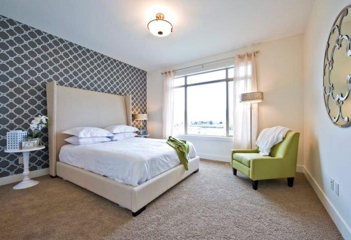 Серо-белые флизелиновые обои на акцентной стене спальни