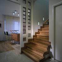 Дизайн коридора с деревянной лестницей