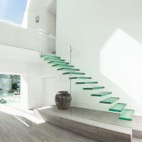 Дизайн современного холла со стеклянной лестницей