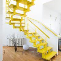 Желтая лестница винтовой конструкции