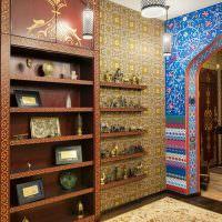 Полки для декораций в прихожей восточного стиля