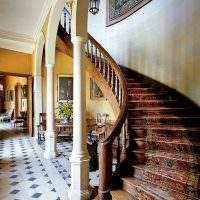 Укращение деревянной лестнице ковровой дорожкой