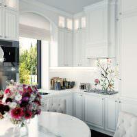 Ваза с живыми цветами на кухонном столе