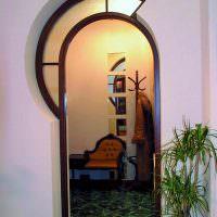 Оригинальная арка с витражом в верхней части проема