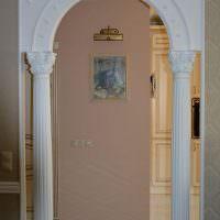Античные колонны в дверном проеме