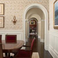 Дверной проем в гостиной классического стиля