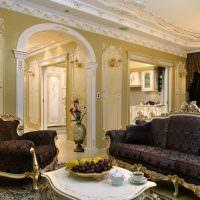 Арка с колоннами в дверном проеме гостиной