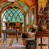 Элементы готического стиля в интерьере гостиной частного дома