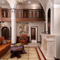 Декоративные колонны в дизайне гостиной загородного дома