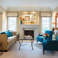 Синие кресла в главной комнате частного дома