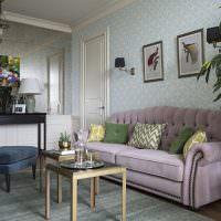 Классический диван с сиреневой обивкой
