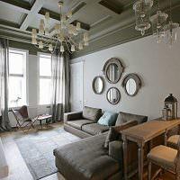 Четыре овальных зеркала над диваном