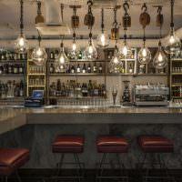 Винтажные светильники над барной стойкой