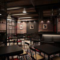 Черные столы и кирпичные стены