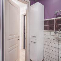 Узкий шкаф-пенал в углу ванной