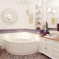 Большое зеркало в светлой ванной