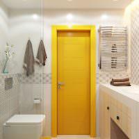 Желтая дверь в интерьере совмещенной ванной комнаты