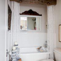 Деревянный карниз для занавески в ванной комнате